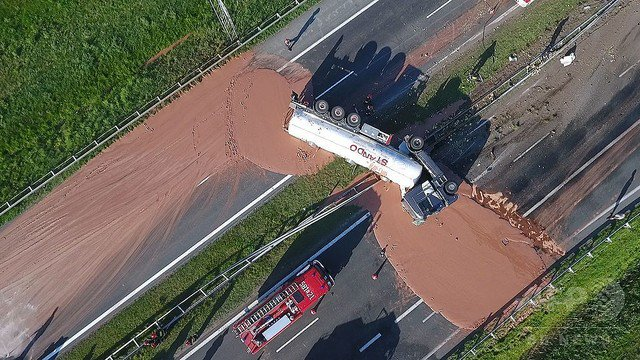 【大量】チョコ積んだタンクローリーが横転、12トン漏れ出す ポーランド   清掃員らは掘削機や温水を使用して取り除く作業を開始。地元消防団長は「固まると雪よりもたちが悪い」と語った。