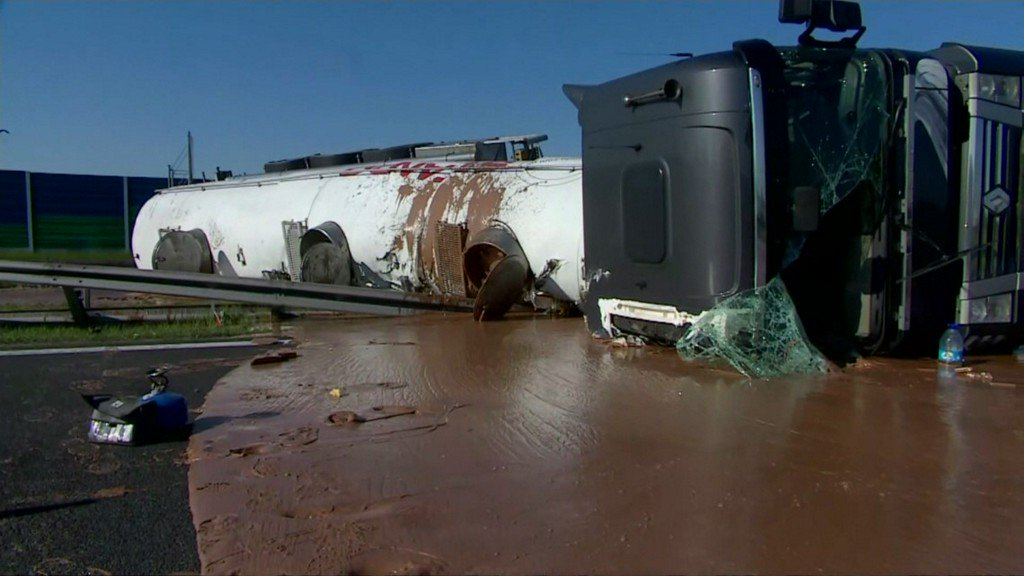 A sticky mess: liquid chocolate spills onto Polish highway https://t.co/yxjbSpPX06