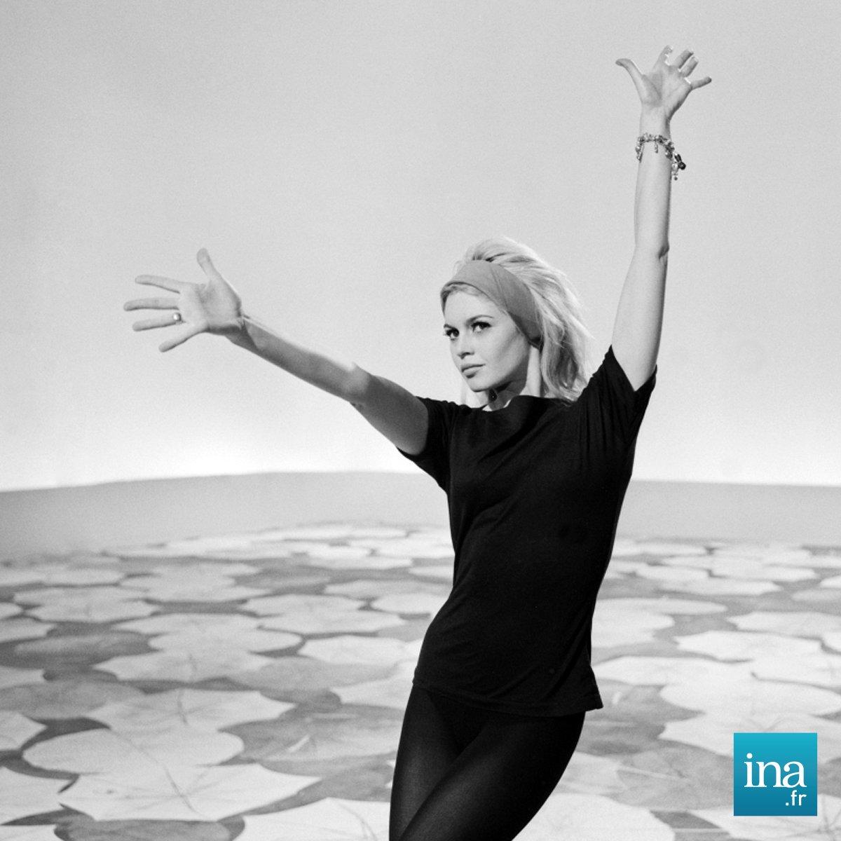 1962 - Brigitte Bardot pendant le tournage de l'émission du nouvel an 'A vos souhaits...Brigitte Bardot' 📷