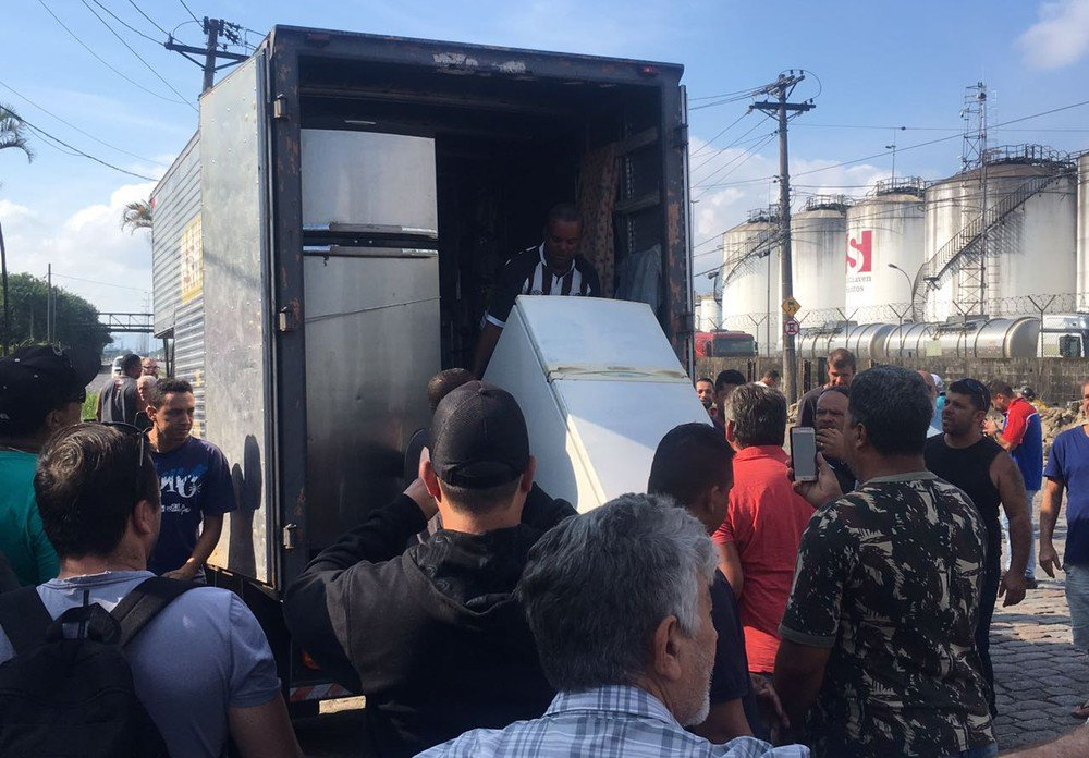 Santos: Caminhoneiros recebem geladeiras, mantimentos e carvão em apoio à greve https://t.co/YNfughAjfS #greve #G1