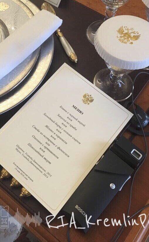 Блины с черной икрой и холодный борщ с козьим сыром: Коллеги из РИА сняли меню обеда Путина и Макрона