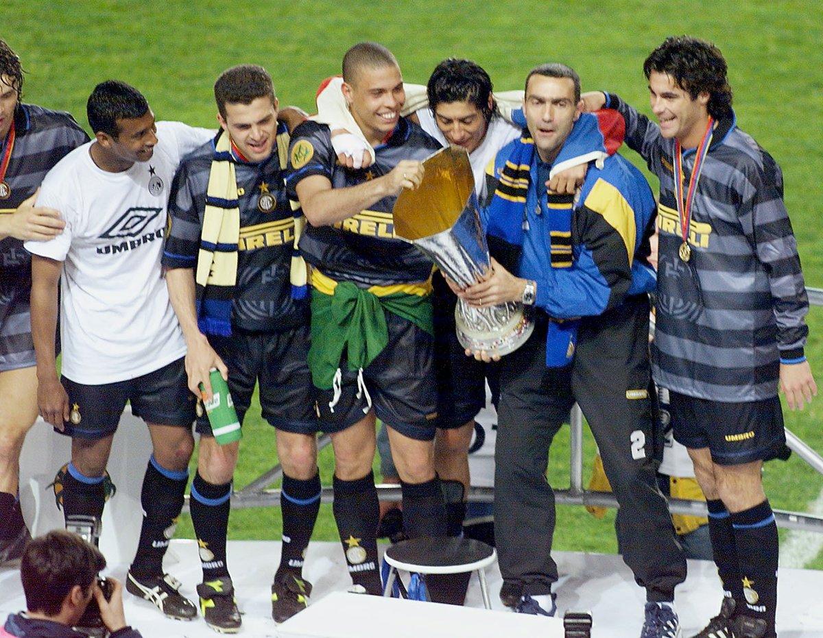 Parigi, 6 maggio 1998... ...l'ultimo trionfo dell'@Inter in Coppa UEFA ⏰🔄 #ThrowbackThursday  Riconoscete tutti i giocatori nella foto?