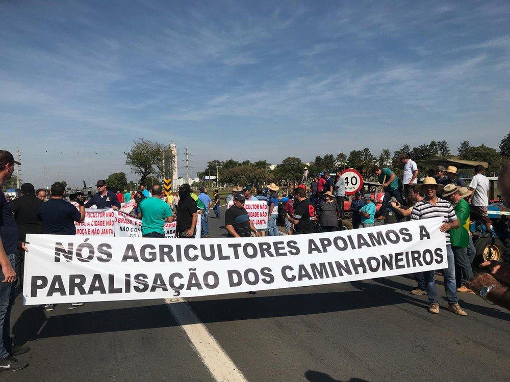 Agricultores se unem a caminhoneiros e bloqueiam uma faixa da Anhanguera em Limeira, SP https://t.co/VD8kF3EYUz #greve #G1