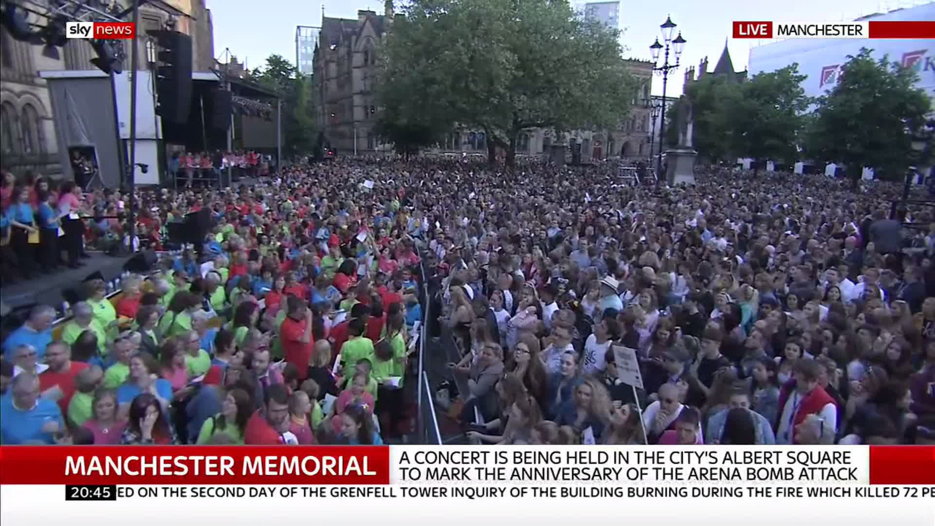 Crowd sings along to @Arianagrande's 'One Last Time' at the #ManchesterTogether concert https://t.co/BLmqhSSssy