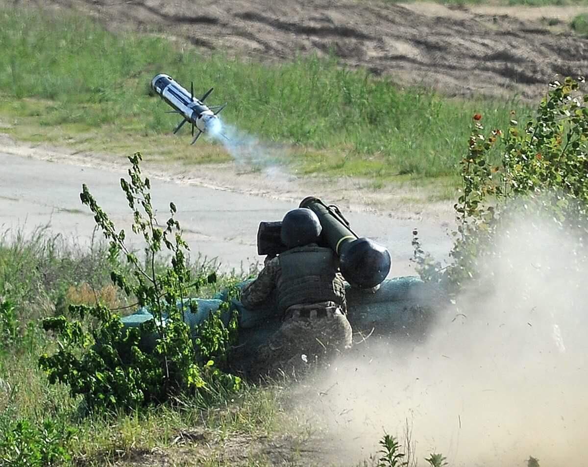 امريكا توافق على تزويد اوكرانيا بصواريخ مضادة للدبابات.  Dd0o0InVMAAuOsC