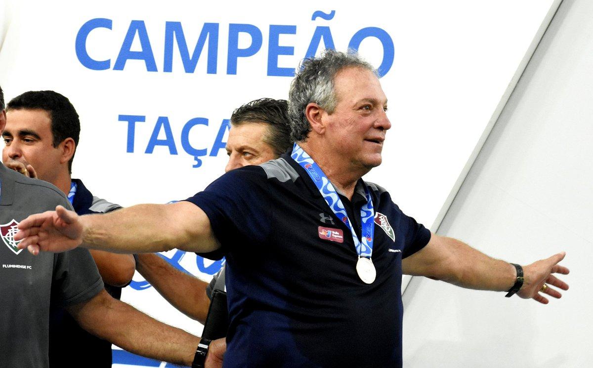 Tricolor, fica com aquele abraço do professor pra fechar o #DiaDoAbraço com chave de ouro. #SomosFluminense