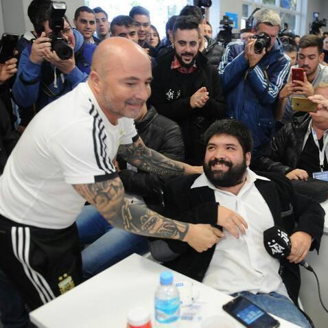 #SelecciónArgentina ¿Quién es Daniel Arzúa, el periodista que le regaló la camiseta de Oktubre a Sampaoli?: bit.ly/2ICehSJ