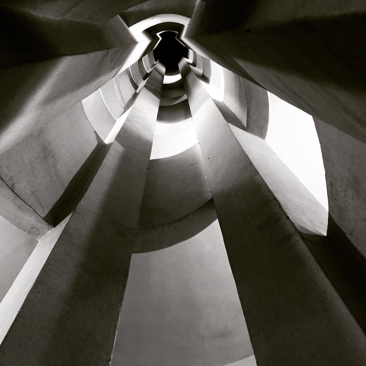 Luoghi inaccessibili: Palazzo Spada, sul lato di Vicolo del Polverone, ingloba una scala a chiocciola di Borromini. Siccome è difficile accedere, l'ho fotografata per voi #Roma #romaconimieiocchi @clapas66 @romewise @caputmundiHeidi @Mustapha1508 @MolaschiClara @EttoreSequi