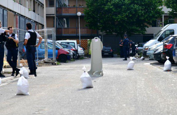#Marseille - fusillade à La Busserine : les trafiquants font toujours leur loi. Lundi après-midi, un commando armé d'une dizaine d'hommes a tiré à la kalachnikov dans une cité devant des centaines de témoins. La scène a été filmée https://t.co/vnOaiMLMxC #Faitsdivers