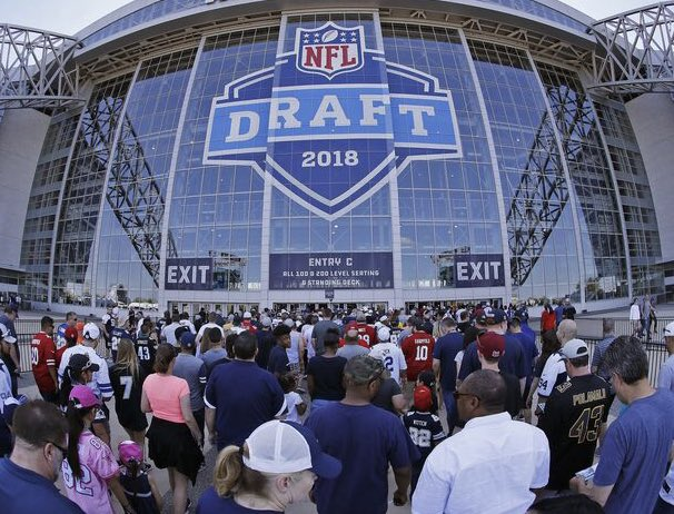 Nashville has officially been named the host city for the 2019 NFL Draft   https://www. tennessean.com/story/sports/n fl/2018/05/23/nfl-draft-2019-tickets-location-experience-nashville-date/634550002/ &nbsp; … <br>http://pic.twitter.com/Etr2xUgvdj