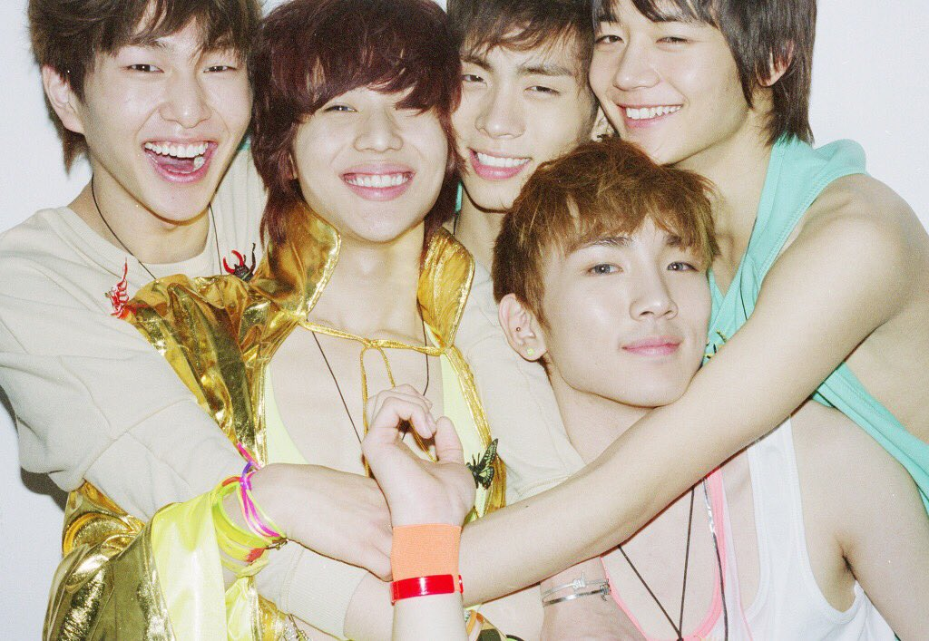 5HINee 10th Anni Giveaway  Share yr story w 5HINee by replying &amp; hashtag #TheStoryofLight #5HINeeFOREVER to stand a chance!! 6 albums (2 EPs each) will be given by @RealUnkle1932 and I   Deadline: 25.05.2018 11:59pm kst  No following needed QT will not be accepted <br>http://pic.twitter.com/343AOLatmZ
