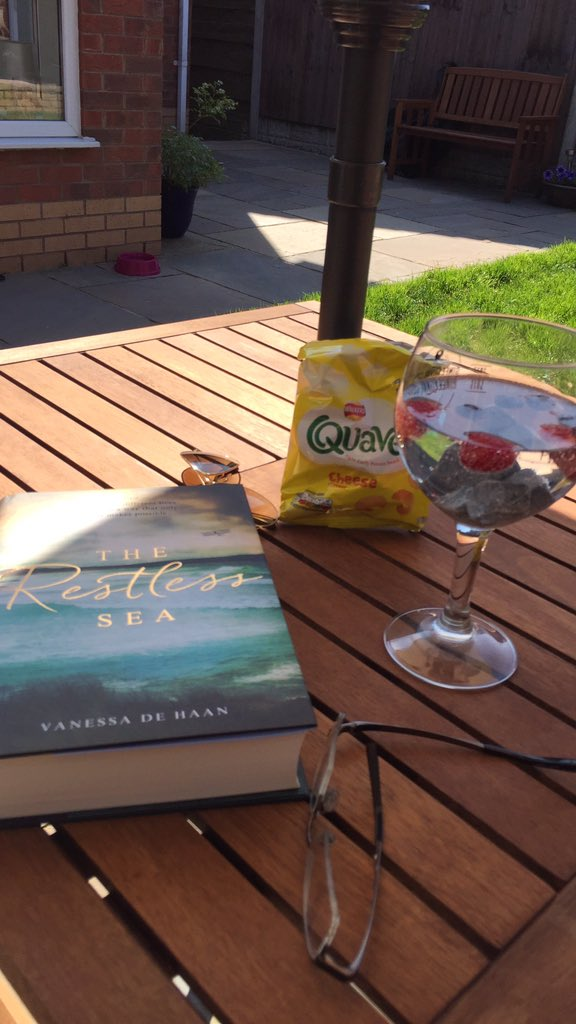 If there&#39;s a better way of spending a Wednesday afternoon than this I&#39;m not aware of it. Sunshine, G&amp;Ts, a bag of quavers and a great book by @vzdehaan. Perfect! #HistoricalFiction #mustreads #goodreads #BYNR #histfic<br>http://pic.twitter.com/PYnkjX5vb5