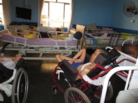 É comum que os residentes de instituições para pessoas com deficiência tomem remédios e sedativos dados por funcionários, sem necessidade médica, para controlar seu comportamento: https://t.co/1PbPf0a1xB por @delarabru