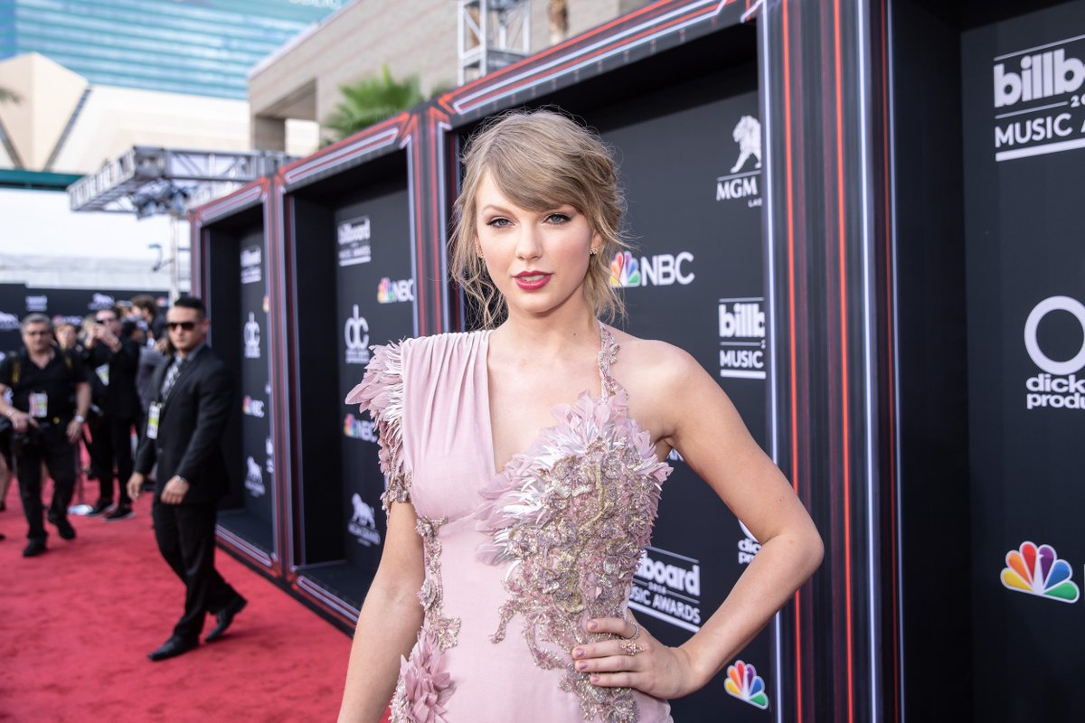 The gorgeous @taylorswift13 on the #BBMAs red carpet. ✨