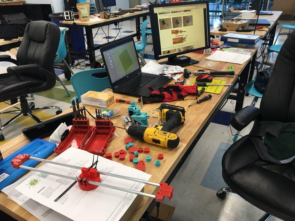 Assembling the air hockey robot by @jjrobots. It blends #3Dprinting #Arduino #coding #MobileApp #Mechanics. Check the link  https:// youtu.be/lZmp9elPgKo  &nbsp;   #InnovationLabTX #STEMSOS #makerspace <br>http://pic.twitter.com/KVqak4sjof