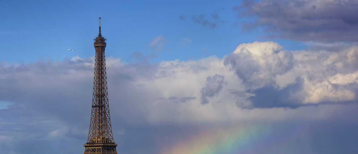 Un éclair monumental foudroie violemment la tour Eiffel à Paris 😲 (PHOTO) https://t.co/XQfYgQCHFJ