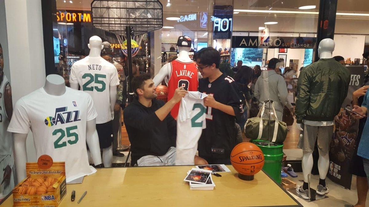 A expectativa era conhecer o @RaulTogni, mas @Bebe92 também apareceu de surpresa na NBA Store do @barrashoppingrj, no Rio de Janeiro. Que dupla! 🏀🇧🇷