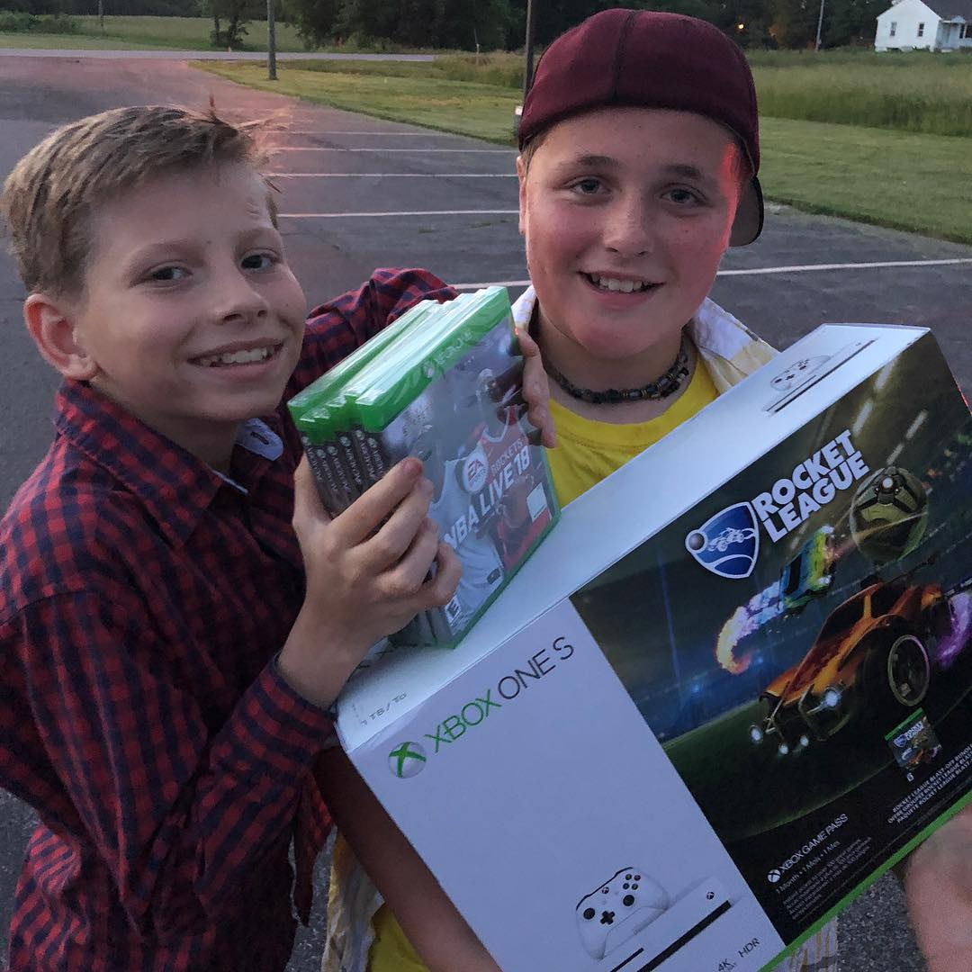 This is my best friend Minnow. A few weeks ago we were supposed to go to a baseball game but I had to go work on music in Nashville. I got to see him today and surprised him with this xbox! Never forget your friends! <br>http://pic.twitter.com/6xw1HhrWgj