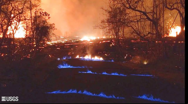 Lava glows with blue light from methane flame on #Hawaii island https://t.co/1yMEB2VOJl #Kilauea