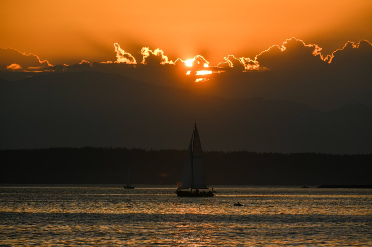 Tonight's sunset here in the Emerald City and Wednesday... is in the books. Goodnight Seattle! <br>http://pic.twitter.com/LRmBnnbzJS