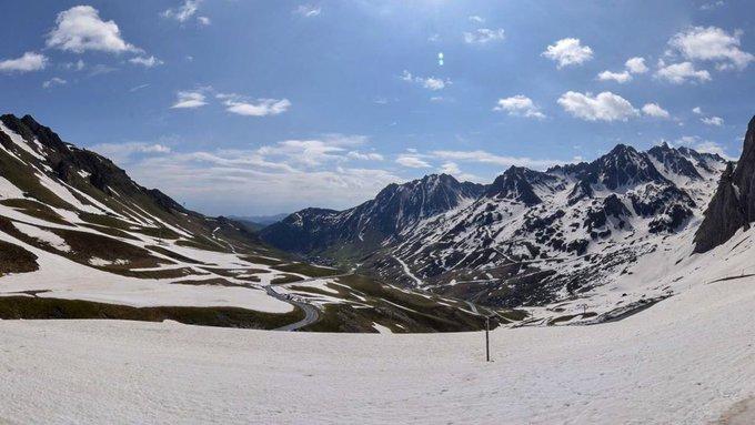 Grand beau sur les #Pyrénées ici au 📷 #grandtourmalet col du #tourmalet #neige