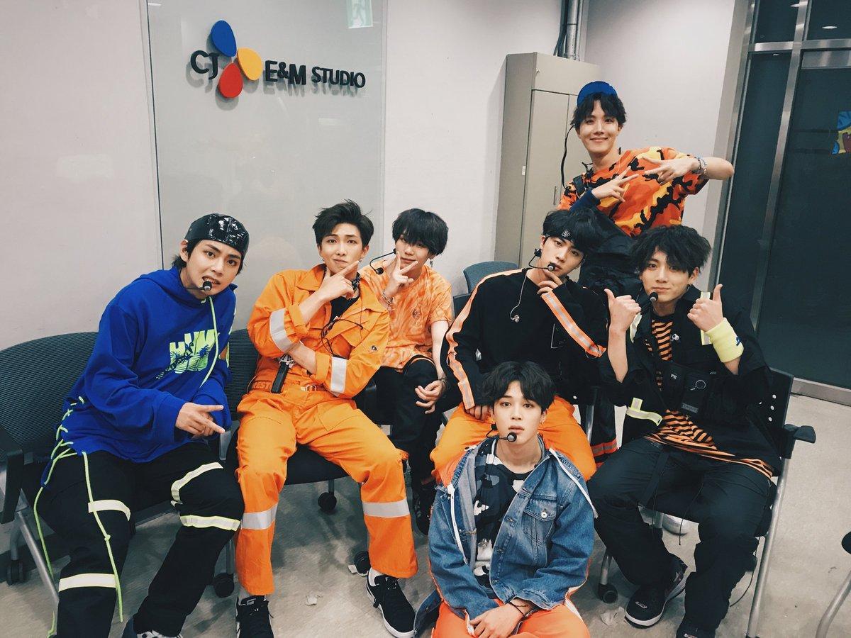 "BTS_official On Twitter: ""[#오늘의방탄] 경⭐️방탄소년단 컴백⭐️축 컴백쇼에서"