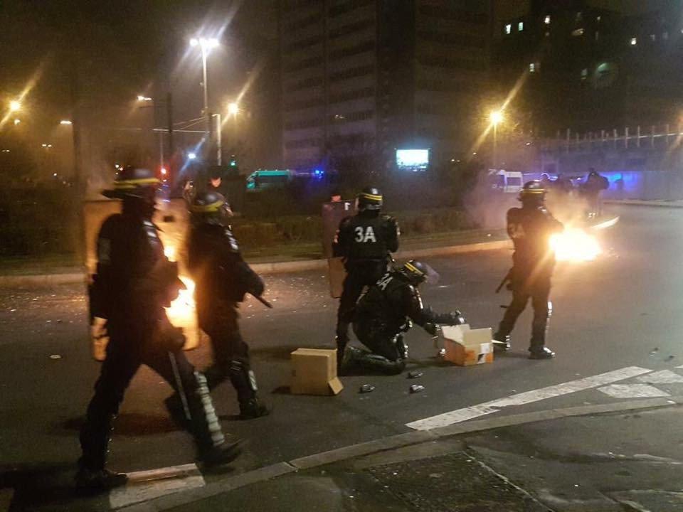 🇫🇷 Yvelines : Des policiers et pompiers pris d'assaut par une soixantaine d'agresseurs dans un guet-apens. https://t.co/HuQKO9QzAV