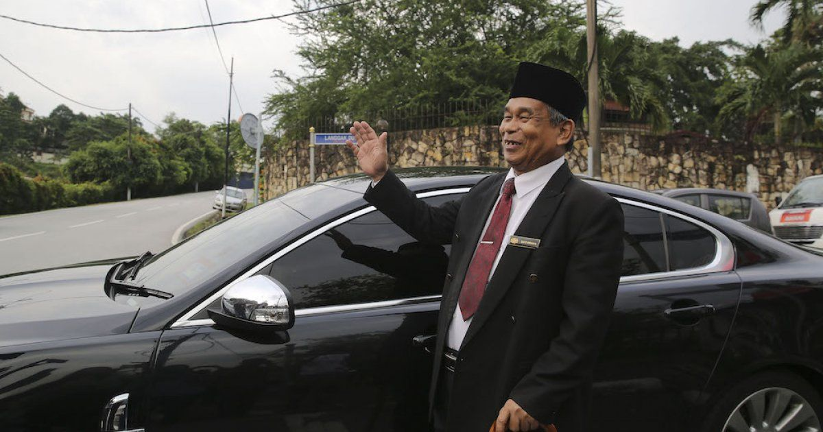 'Raja Bomoh' latest visitor to Najib's home  https:// buff.ly/2IGSmK5  &nbsp;    He arrived in a black Jaguar luxury sedan, with a plate saying &quot;Raja Bomoh VVIP&quot;.<br>http://pic.twitter.com/AuzVButhTr