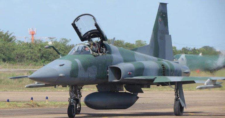 Avião da Força Aérea Brasileira cai no Rio; pilotos conseguem ejetar https://t.co/Du9nOxdDma 📷 Sgt Johnson/Agência Força Aérea