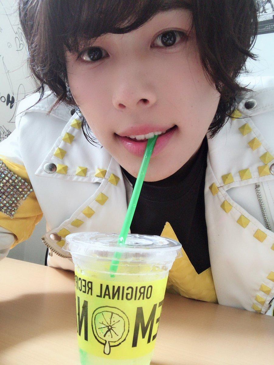 レモネードを飲む飯山裕太