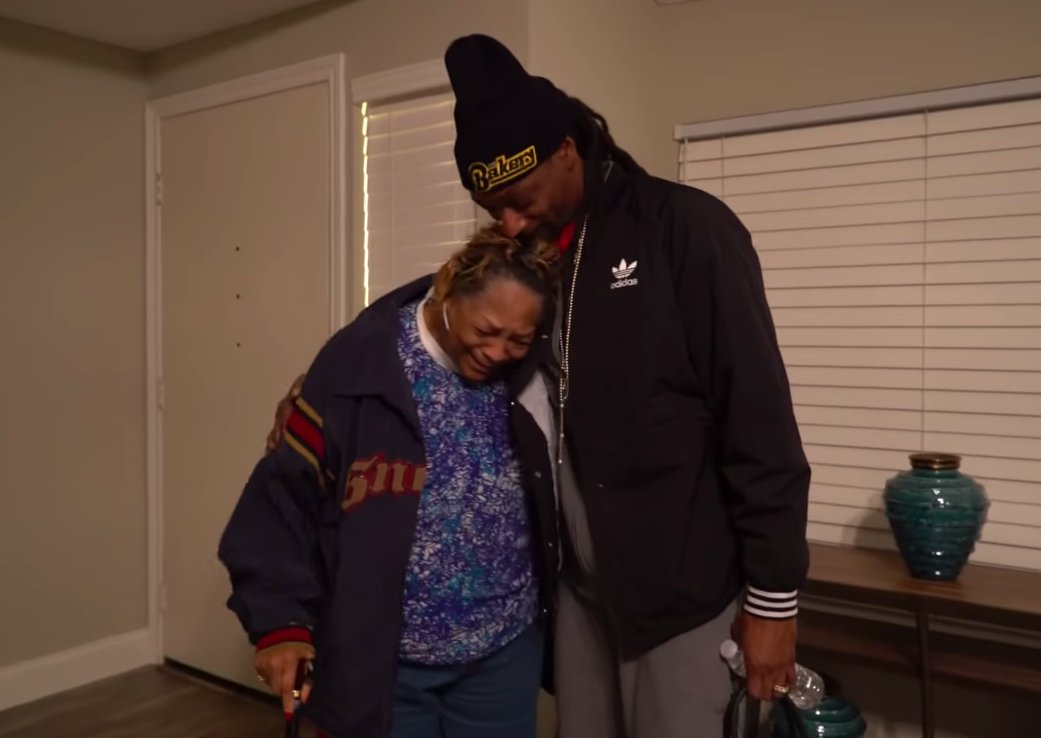.@SnoopDogg gives giving back to one special woman in 'Thank You For Having Me.' Watch: https://t.co/Nv7uQg8Vep  https://t.co/hUdNCdIbXh