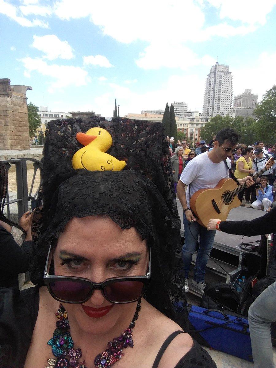 Hoy misa feminista y cupletista con @laura_Inclan a las 13h en paticano.com Con chotis incluido!!