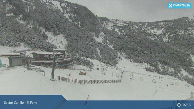 Amanece el 13 de Mayo en Andorra, quien lo diria...¡parece pleno Febrero! Las previsiones se han cumplido y se ve nieve hasta en la poblacion de Ordino. ❄❄