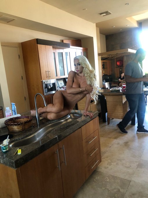 What's for lunch? #Brazzershouse3 #SheaSquad ❤️ https://t.co/oXlKiR5sFA