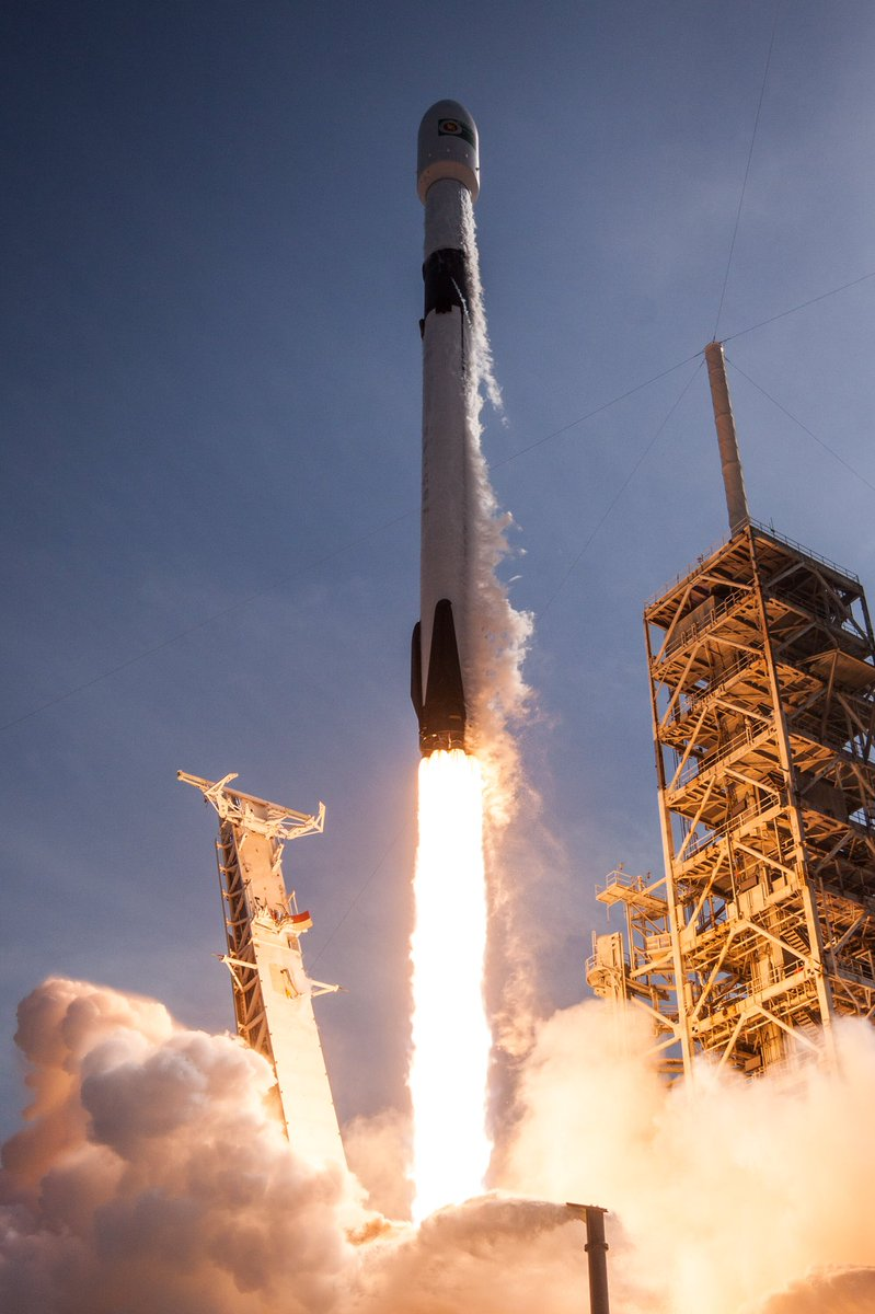 More photos from the first flight of Falcon 9 Block 5 → https://t.co/095WHWMtKp