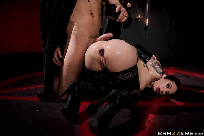 1 pic. Sunday is the lords day! The perfect day to watch my ass get sacrificed on @Brazzers 🙏 https://t