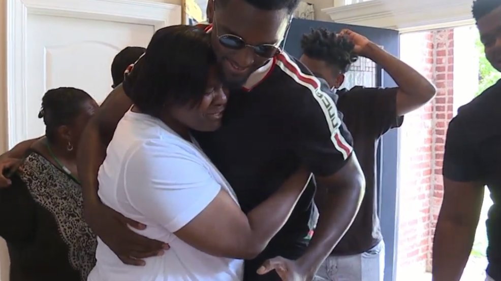 Surprise! Chicago Bulls forward and former Razorback Bobby Portis bought his mom a fully-furnished home for #MothersDay . Watch the video: https://t.co/a9rL7Jzu4A | #arnews