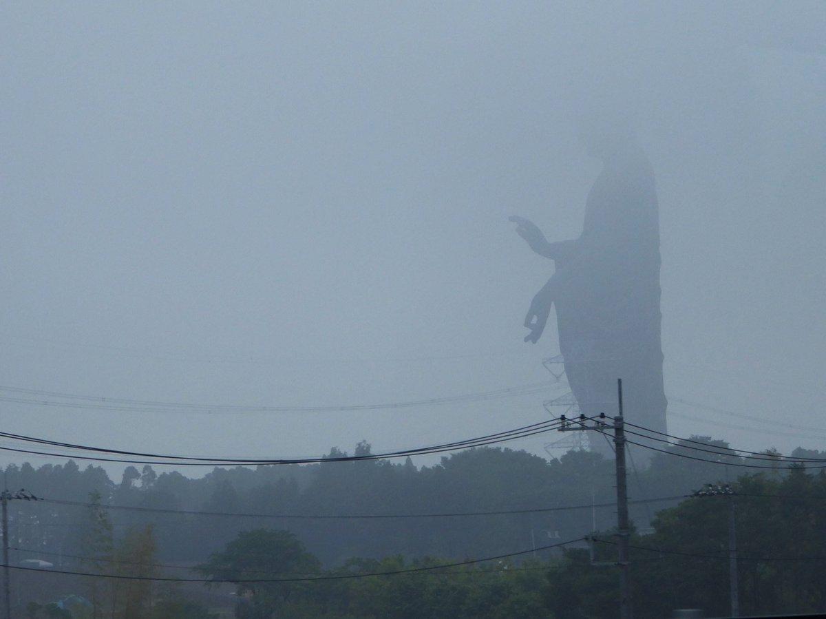 霧の中に巨大な何かがいると思ったら牛久大仏だった