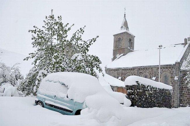 eteos @Meteos_  Ce lundi matin, belle couche de #neige (autour de 40cm) entre #HauteLoire et #Ardèche aux #Estables à 1320m d'altitude via https://www.lamontagne.fr/  12:07 AM - May 14, 2018