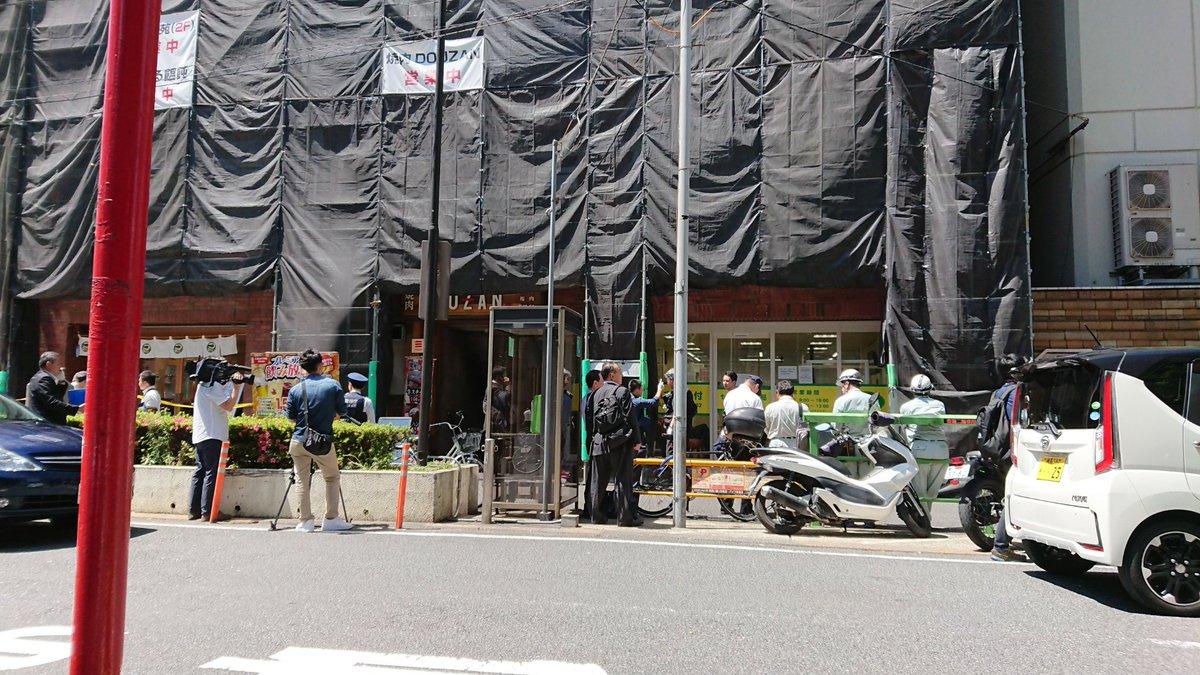 代々木の新宿駅前に集まっている警察や緊急車両の写真画像
