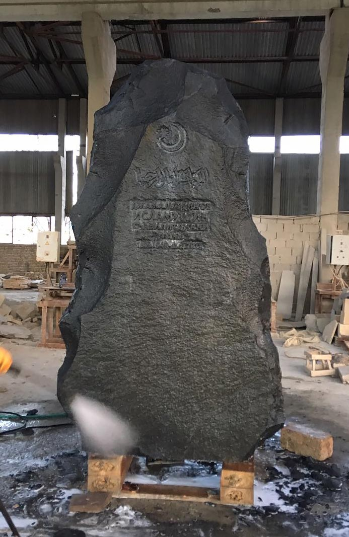памятники из горного камня фото что