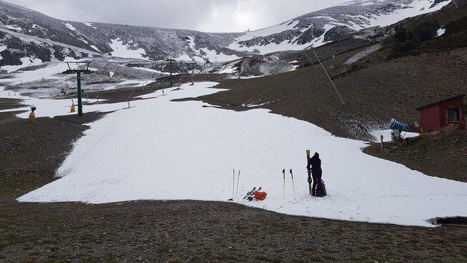 Toca ponerse las pieles y aprovechar la inusual cantidad de nieve ❄️❄️❄️ que hay en nuestras estaciones. Aquí Jairo apurando en @valdezcaray [REPORTAJE] ➡️https://t.co/otMNQRMcpe