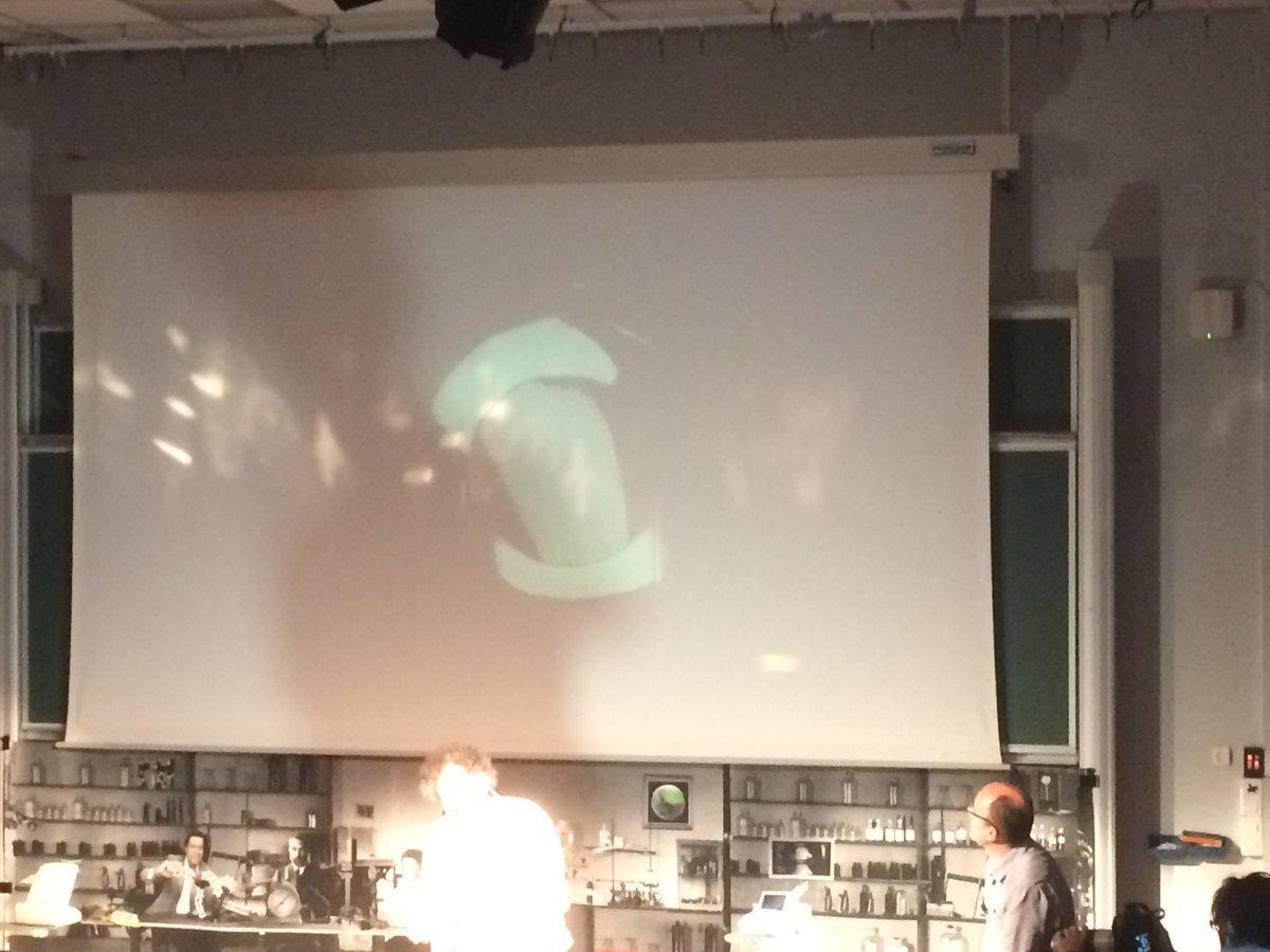 Comment illustrer la tension de surface dans un liquide : exemple avec un film de bulles de savon ! #confexp