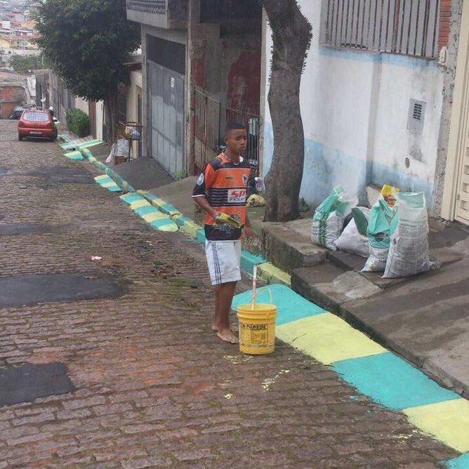 [#CM2018🏆] La belle histoire ✨  • En 2014, Gabriel Jesus était embauché pour peindre les rues pour la Coupe du monde au Brésil  • En 2018, Gabriel Jesus est dans le groupe des 23 et jouera la Coupe du monde