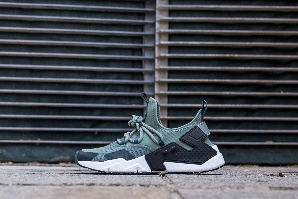 d5924f6b270e ... GREEN DEEP JUNGLE   AO1133-300 Instore and online    https   www.cornerstreet.fr nike-air-huarache-drift-breathe-clay-green-deep- jungle.html …