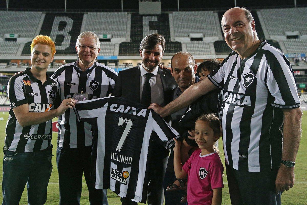 1193ab70d17a3 ... do Botafogo antes do clássico e recebeu uma camisa personalizada com o  número 7! O ponta disputou 193 jogos no Glorioso e chegou à Seleção  Brasileira.