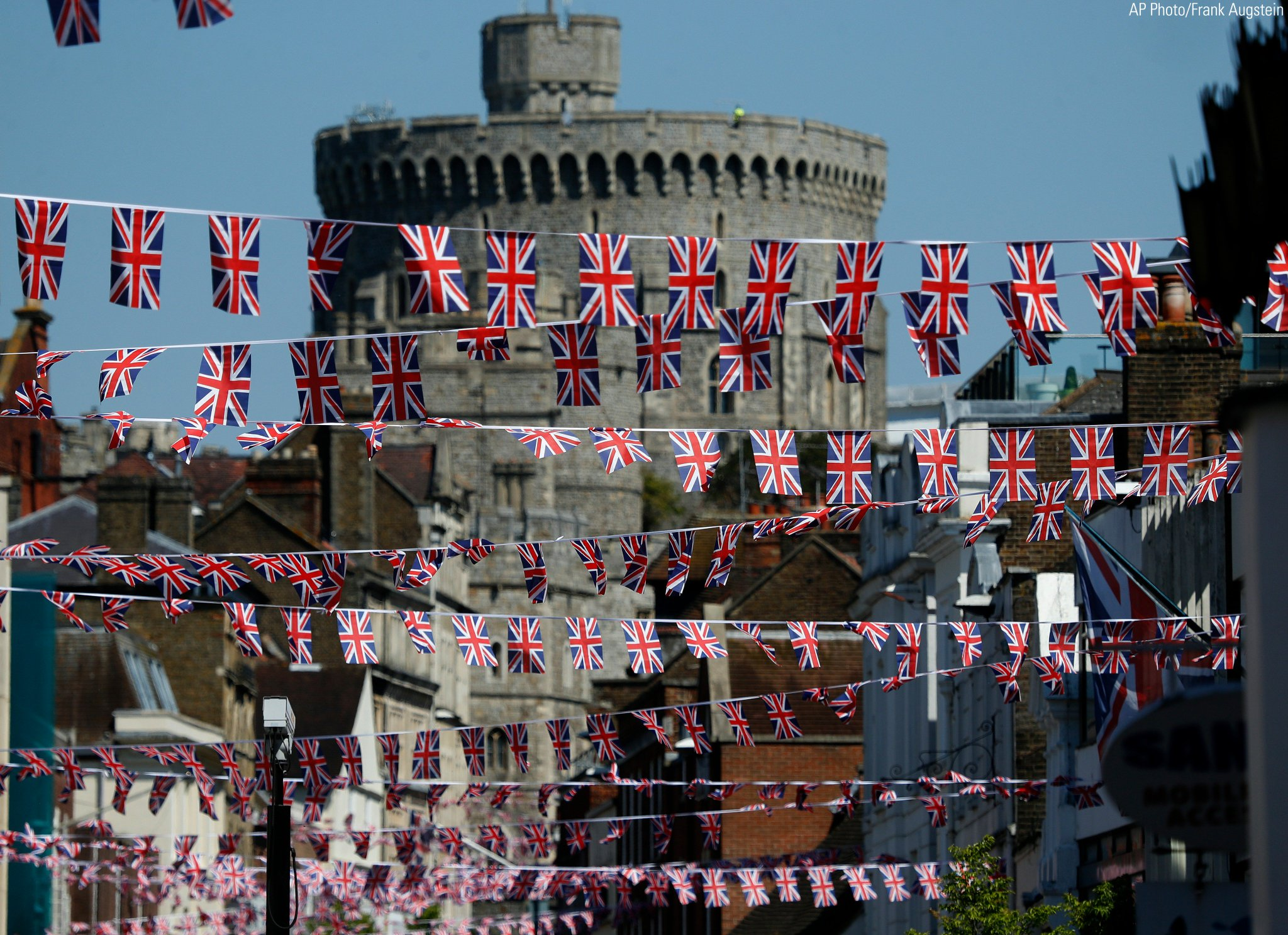 Union Jack flags fly across the main shopping street in Windsor ahead of the #RoyalWedding https://t.co/4NSnH3sjbZ