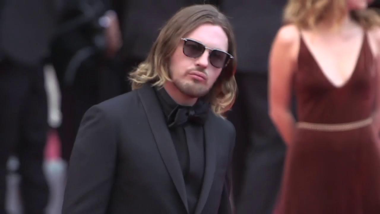 Michael Pitt walks the red carpet for #SoloAStarWarsStory https://t.co/4QnOaFCjvg #Cannes2018 https://t.co/VCIwxFslDz