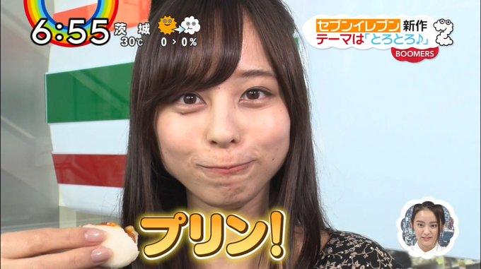 プリンを食べる山本萩子アナ