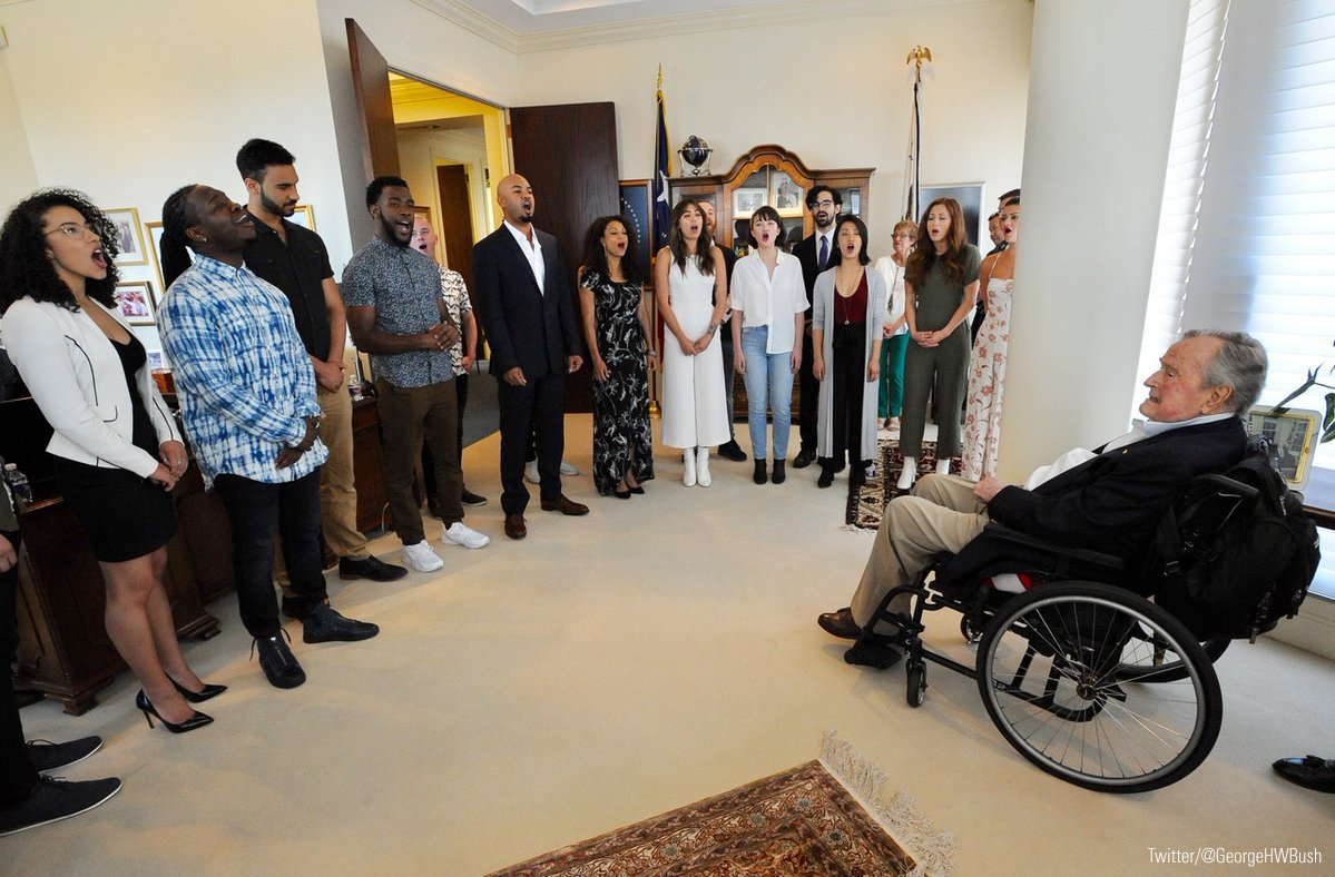 The cast of @HamiltonMusical paid a special visit to former President @GeorgeHWBush today. https://t.co/v0IpHCtVQZ https://t.co/x5fbT1SnFH